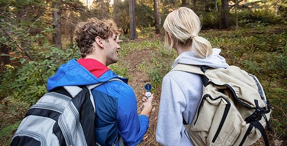 تصویر زن و شوهر جوان و پیاده روی در جنگل
