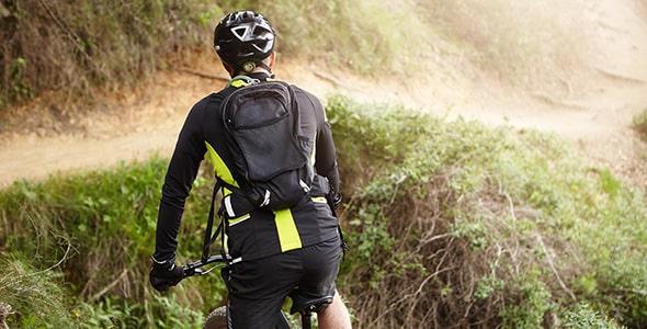 تصویر مرد دوچرخه سوار در کوهستان