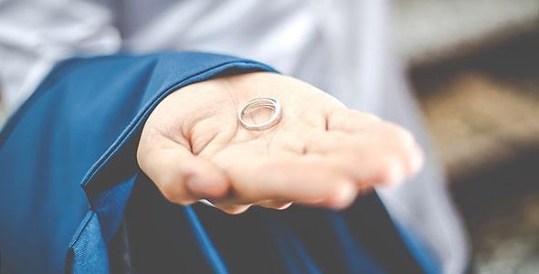 تصویر دست داماد و نگه داشتن حلقه ازدواج