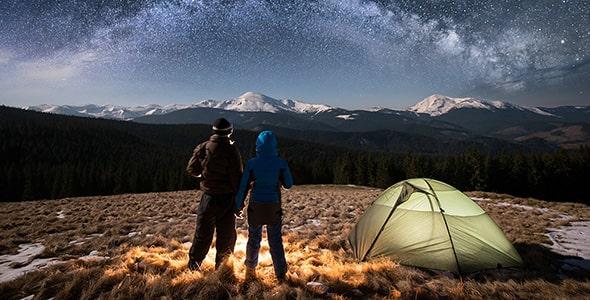 تصویر زن و مرد گردشگر و کمپینگ در شب