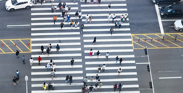 تصویر نمای بالا عبور مردم از خط عابر پیاده