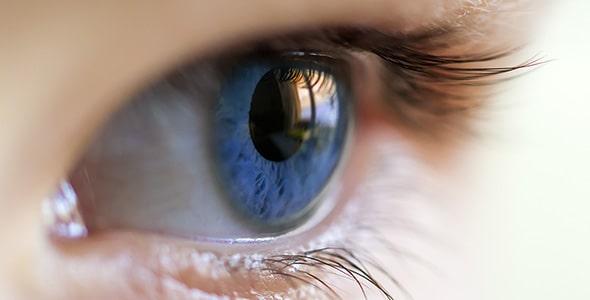 تصویر نمای نزدیک چشم انسان با رنگ آبی