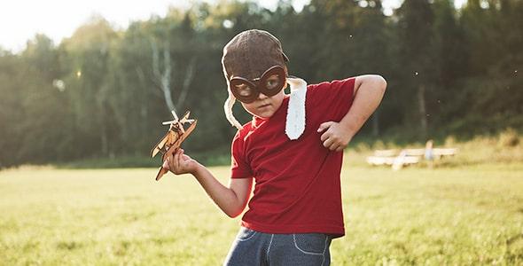 تصویر پسر بچه و بازی با هواپیما