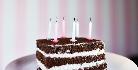 تصویر کیک شکلاتی با شمع تولد