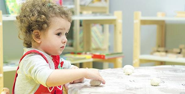 تصویر پس زمینه دختر بچه و بازی با خمیر