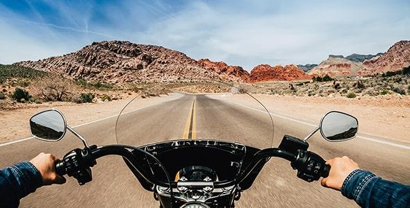 تصویر پس زمینه راننده موتورسیکلت در جاده