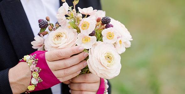 تصویر دست انسان با دسته گل عروس