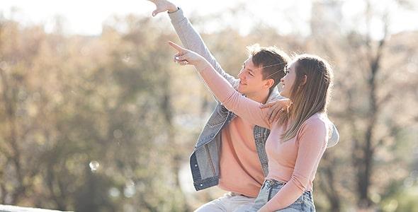 تصویر دختر و پسر عاشق و اشاره به دور