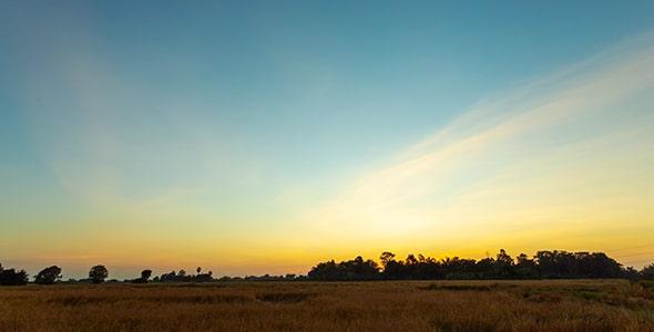 تصویر پانوراما طبیعت و آسمان در غروب آفتاب