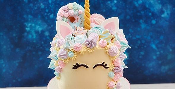 تصویر پس زمینه کیک تولد تک شاخ خامه ای