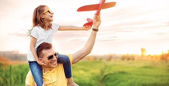 تصویر پدر و دختر شاد در حال بازی کردن