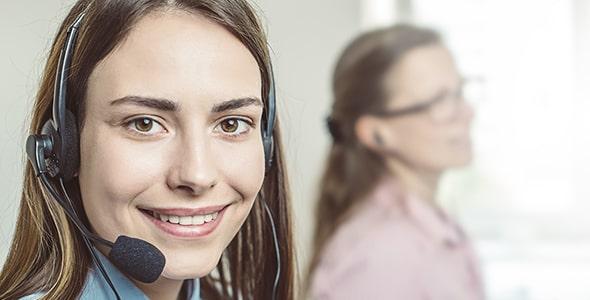تصویر دختر جوان با هدست در مرکز تماس