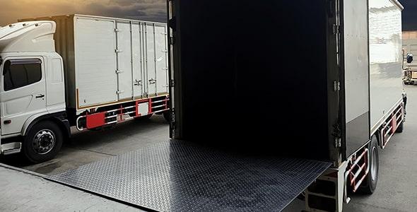 تصویر کامیون حمل بار در حال بارگیری