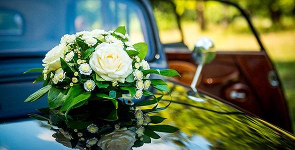 تصویر پس زمینه دسته گل و ماشین عروس