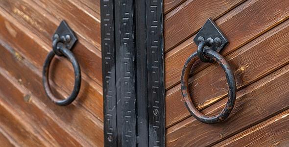 تصویر کلوزآپ درب چوبی با درکوب چدن