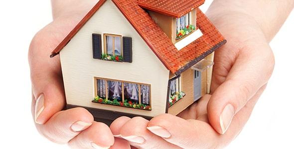 تصویر دست انسان و نگه داشتن خانه کوچک