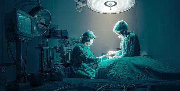 تصویر تیم پزشکی در حال جراحی در اتاق عمل