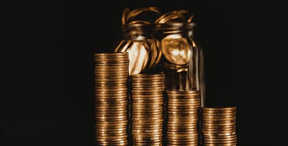 تصویر پس زمینه مجموعه سکه طلا روی هم
