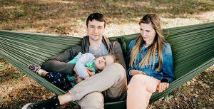 تصویر خانواده شاد نشسته روی تخت آویز