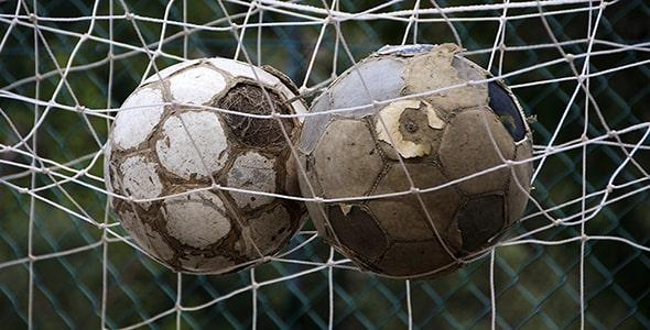 تصویر توپ فوتبال قدیمی و تور دروازه