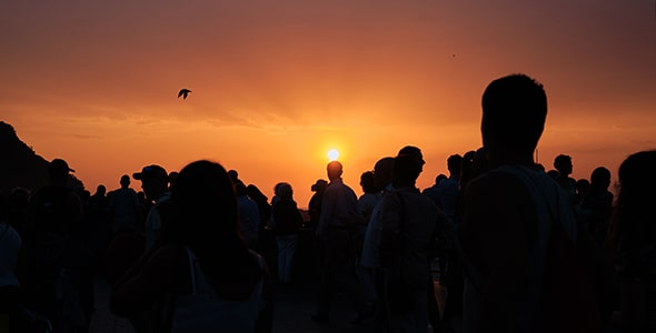 تصویر ضد نور مردم در غروب آفتاب