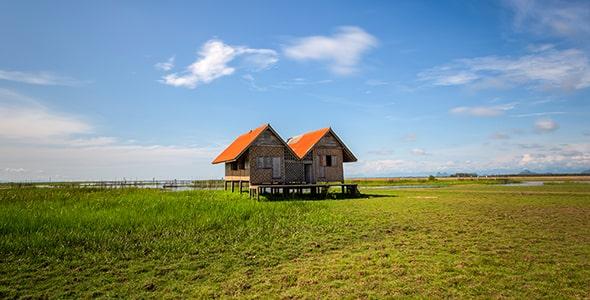 تصویر خانه چوبی قدیمی در کنار تالاب