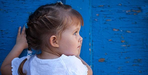 تصویر دختر بچه و بازی قایم موشک