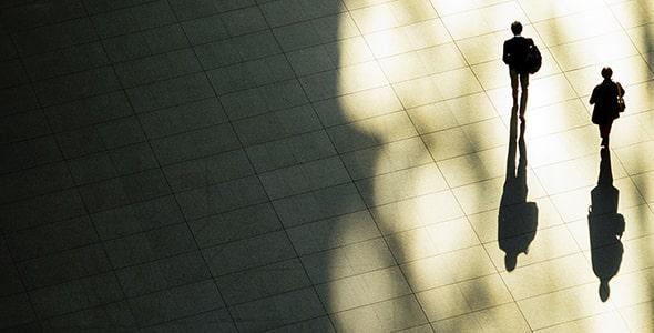 تصویر عابر پیاده با سایه در حال راه رفتن