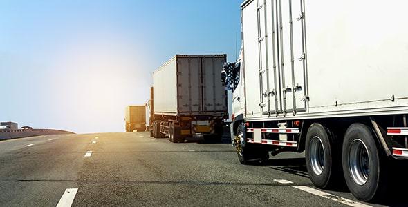 تصویر کامیون با کانتینر در بزرگ ها و جاده