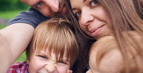 تصویر سلفی خانواده خوشحال در فضای باز
