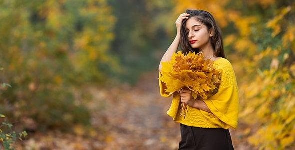 تصویر پس زمینه زن جوان در منظره پاییزی