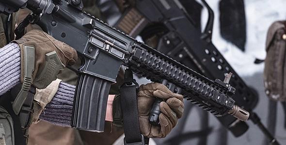 تصویر نظامی با تفنگ و آماده سازی حمله