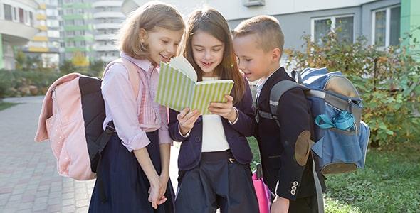 تصویر دانش آموز مدرسه ابتدایی در مدرسه
