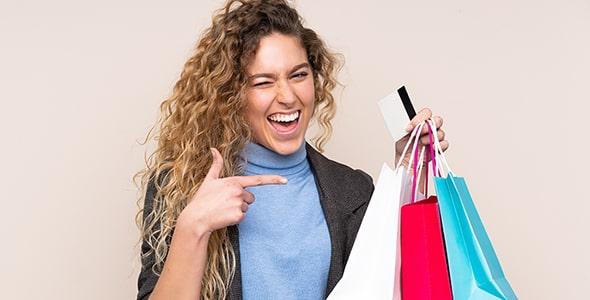 تصویر زن جوان با پاکت خرید و کارت اعتباری